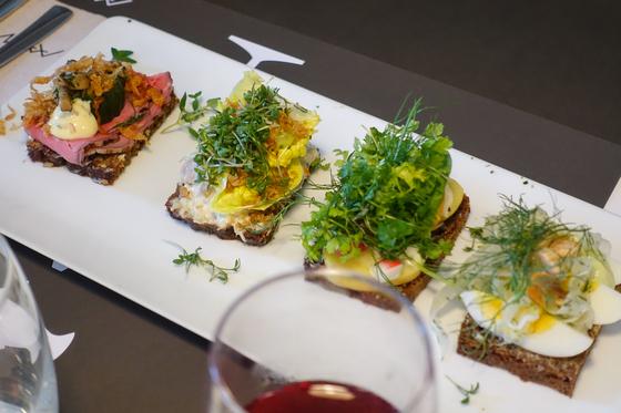 덴마크에서 가장 흔히 먹는 음식은 스뫼레브뢰, 즉 오픈 샌드위치다. 두툼한 호밀빵 위에 해산물이나 고기를 얹고 채소를 올린 뒤 이와 어울리는 드레싱을 내준다. 사진은 푸드투어 코스 중 들른 '아만스 델리 앤 테이크 어웨이'에서 맛본 스뫼레브뢰. 최승표 기자