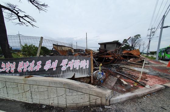 추석을 나흘 앞둔 지난 9일 강원도 고성 지역에 남아 있는 산불피해 시설의 흔적. [연합뉴스]