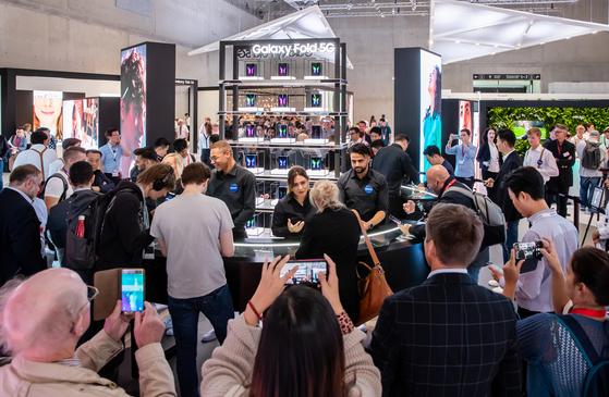 7일(현지시간) 독일 베를린에서 열린 유럽 최대 가전 전시회 'IFA 2019'에서 삼성전자 전시장을 방문한 관람객들이 '갤럭시 폴드 5G'를 체험하고 있다. (삼성전자 제공) 2019.9.7/뉴스1