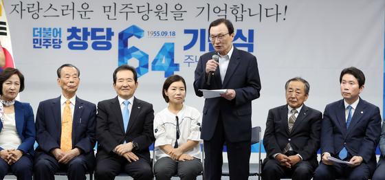 이해찬 더불어민주당대표가 18일 서울 여의도 더불어민주당 당사에서 열린 창당 64주년 기념식에서 기념사를 하고 있다. [뉴스1]