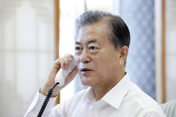 문재인 대통령이 18일 오전 청와대 관저 접견실에서 무함마드 빈 살만 사우디아라비아 왕세자와 전화 통화를 하고 있다. [사진 청와대]