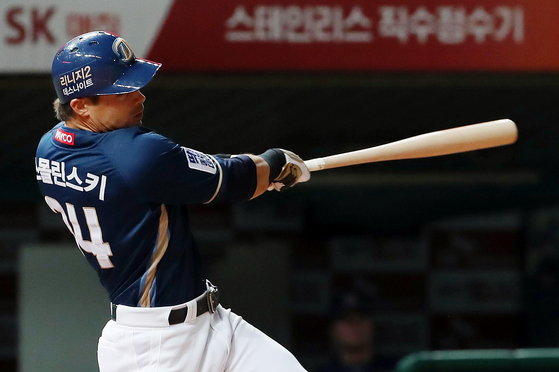 NC 스몰린스키가 18일 SK전에서 4회 투런홈런을 날리고 있다. [연합뉴스]