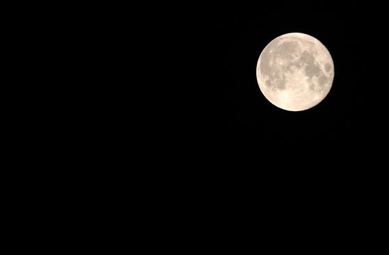 하늘의 보름달처럼 위장이 커지는 추석이다. 연휴 내내 이것저것 맛있는 것들을 먹어댄다. [중앙포토]