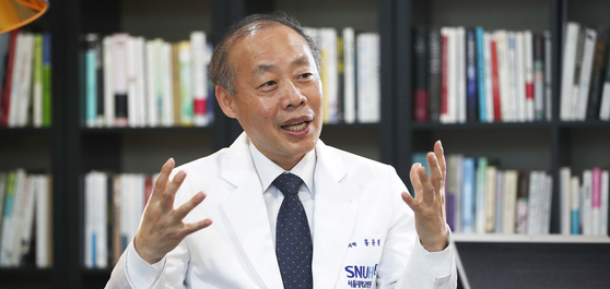 서울대 의대 홍윤철 교수(서울대병원 공공의료사업단장)가 미세먼지 문제에 대해 설명하고있다.   오종택 기자