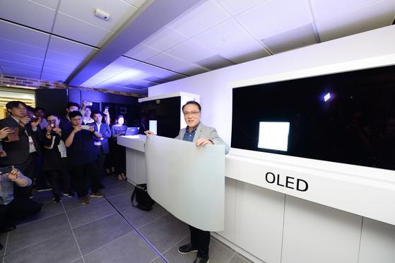 17일 서울 여의도 트윈타워에서 남호준 연구소장(전무)이 삼성 QLED TV에 붙여진 퀀텀닷 시트를 들고 있다. 김영민 기자