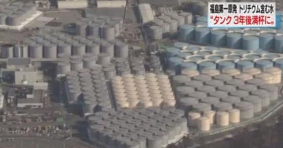 후쿠시마 원전 주위에 설치된 방사성 오염수 저장탱크. 현재도 매일 150t에 달하는 오염수가 생겨나고 있다. [사진 NHK 웹사이트 캡처]