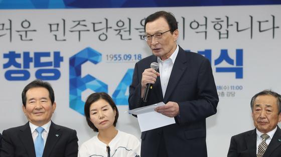 더불어민주당 이해찬 대표가 18일 오전 서울 여의도 더불어민주당사에서 열린 창당 64주년 기념식에서 인사말을 하고 있다. [연합뉴스]