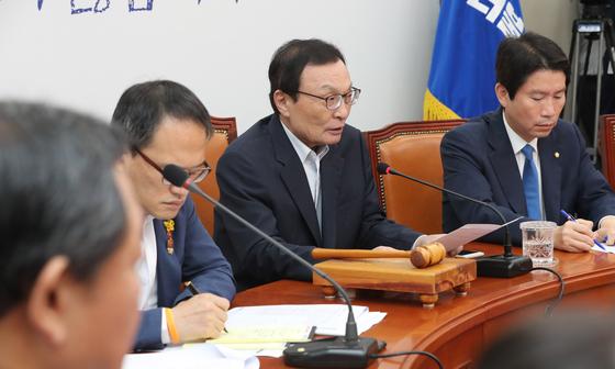 이해찬 더불어민주당 대표(가운데)가 18일 오전 국회에서 열린 당 최고위원회의에서 발언하고 있다. [연합뉴스]