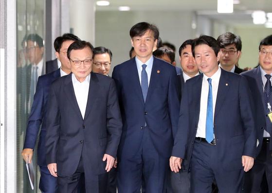 사법개혁 및 법무개혁을 논의하는 당정협의회가 18일 국회 의원회관에서 열렸다. 이해찬 더불어민주당 대표, 조국 법무부 장관, 이인영 원내대표(앞줄 왼쪽부터)가 회의장으로 향하고 있다. 김경록 기자