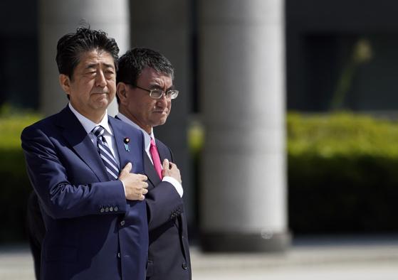 아베 신조 일본 총리와 고노 다로 방위상이 17일 일본 자위대 고관들과의 만남에 앞서 사열을 받고 있다. [EPA=연합뉴스]