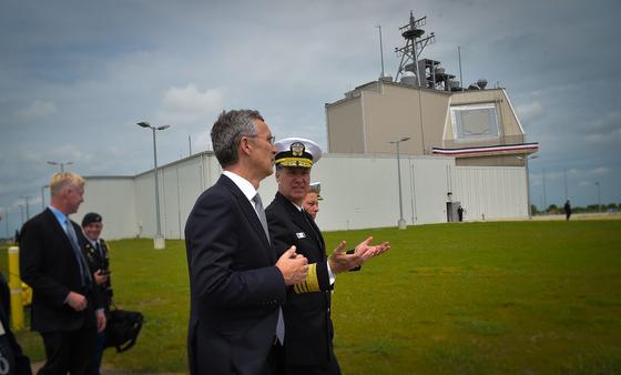 존 루드 미 국방부 국방정책 차관이 17일(현지시간) 지상 미사일 방어체계인 이지스 어쇼어에 원점 타격 능력을 통합하는 성능 개량작업을 하고 있다고 밝혔다. 사진은 2016년 5월 루마니아 이지스 어쇼어 기지 개막식에 참석한 옌스 스톨텐베르크 북대서양조약기구(NATO) 사무총장과 마크 퍼거슨 나토 사령관.[NATO]