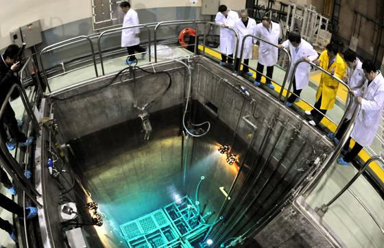 대전 유성구에 위치한 한국원자력연구원 내 하나로원자로를 연구원들과 관계 공무원들이 둘러보고 있다. 하나로원자로는 열출력 30mw급으로 원자력발전소의 100분의 1 규모로 산업ㆍ의료용 동위원소 등을 연구 개발하는 연구용 원자로다. 프리랜서 김성태