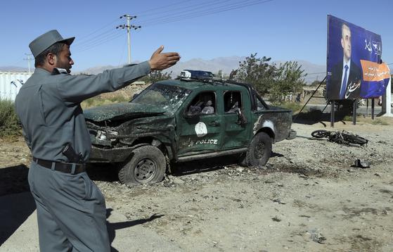 17일(현지시간) 아프가니스탄 북부 파르완주 주도인 차리카르의 아슈라프 가니 대통령의 대선 유세장 인근에서 자폭 테러가 발생해 최소 26명이 숨졌다. [AP=연합뉴스]