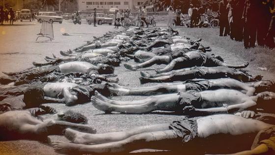 캄보디아에서 1970년대 벌어진 대학살 당시 거리에 시신 수십 구가 놓여있는 모습. [NEW FACES GOP 캡처]