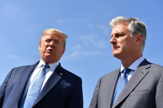 도널드 트럼프 미국 대통령과 로버트 오브라이언 신임 백악관 국가안보보좌관이 18일(현지시간) 일정을 마치고 로스앤젤레스공항에서 이야기하고 있다. [AFP=연합뉴스]