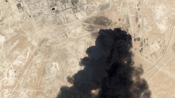 지난 14일 사우디아라비아 핵심 석유시설이 무인기와 미사일 공격을 받고 불타오르고 있다. [AP=연합]
