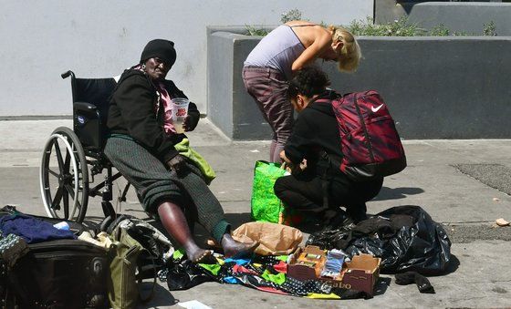 미국 캘리포니아주 LA 노숙자 텐트촌에 있는 노숙인들의 모습. [AFP=연합뉴스]