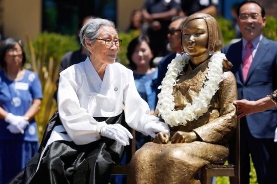 2013년 7월 30일 미국 캘리포니아주 글렌데일시 시립 중앙도서관 앞에서 해외 첫 '평화의 소녀상' 제막식이 열렸다. 당시 제막식에 참석한 일본군 위안부 피해자 김복동 할머니가 소녀상을 쓰다듬고 있다. [중앙포토]