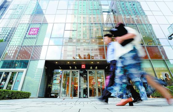 유니클로는 일본제품 불매 운동의 대표 타깃이 되면서 매출 급감 등 홍역을 치르고 있다. 서울 시내 한 유니클로 매장 앞을 시민들이 지나가고 있다. [뉴스1]