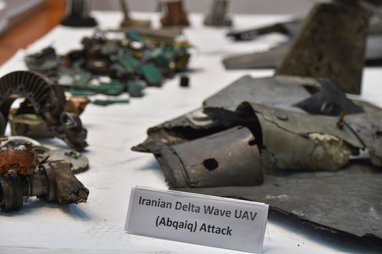 사우디아라비아군이 석유 시설을 공격한 드론 무기의 파편을 공개했다. 사우디 측은 이란제라고 주장했다. [AFP=연합뉴스]