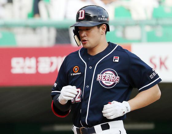 김재환이. 5회초 솔로 홈런을 친 뒤 베이스를 돌고 있다. [연합뉴스]