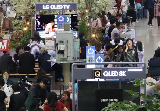 디스플레이 산업에서 한국 업체의 우위가 중국의 빠른 추격으로 위협받고 있다. 사진은 인천국제공항에 설치된 삼성전자 QLED TV와 LG전자 OLED TV 홍보부스의 모습. [연합뉴스]