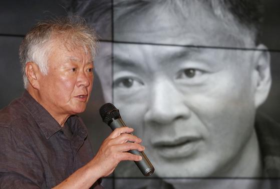작가 김훈이 19일 오후 서울 성북구 고려대 CCL에서 열린 '작가를 만나다' 행사에서 '디지털 시대, 연필로 쓰기'라는 주제로 강연을 하고 있다. [연합뉴스]