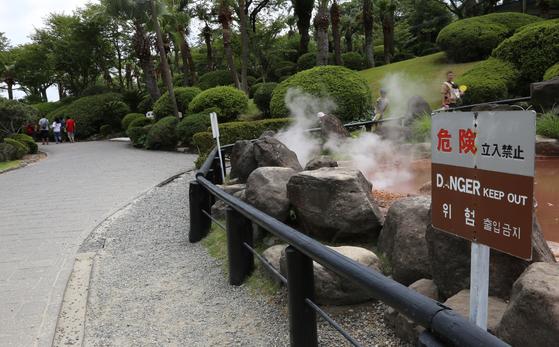 지난달 13일 일본 오이타현 온천마을 벳푸의 '바다 지옥 순례' 관광지. 평소같으면 한국인으로 넘쳐나는 장소이지만 최근 들어 한국인 관광객은 드물다. 땅속에서 뿜어져 나오는 온천수와 진흙, 증기를 둘러보는 코스인데, '위험 출입금지'라는 한글 경고 문구가 적혀 있다. [연합뉴스]