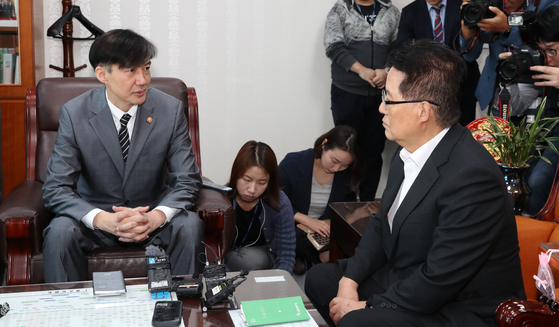 조국 법무부장관이 19일 서울 여의도 국회 의원회관에서 박지원 대안정치연대 의원을 만나 인사하고 있다. [뉴스1]