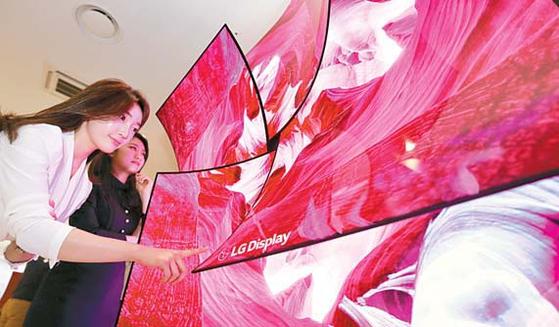 LG디스플레이는 2019 소비자가전전시회에서 65인치 커브드 UHD OLED 4장을 이용해 만든 장미꽃 형태의 조형물을 전시해 눈길을 끌었다. [사진 LG디스플레이]