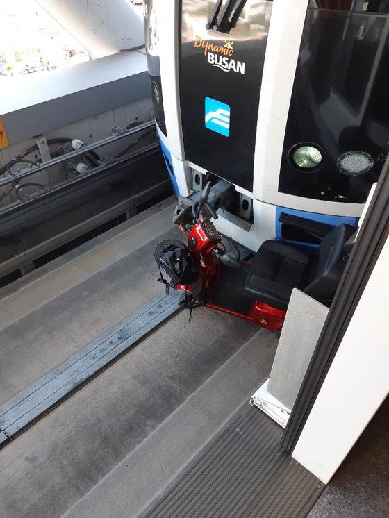 18일 오후 3시쯤 부산 도시철도 4호선 영산대역 선로에 70대 노인이 전동휠체어를 탄 채 추락하는 사고가 발생했다. 70대 노인은 무사히 구조됐고, 열차와 전동휠체어가 충돌했다. [사진 부산소방본부]