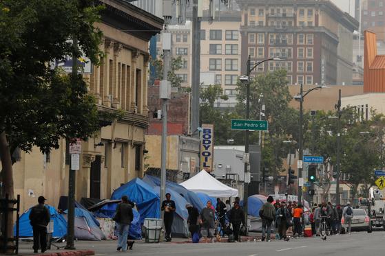 미국 캘리포니아주 LA 시내 한복판에 위치한 노숙자들의 텐트촌 모습. [로이터=연합뉴스]