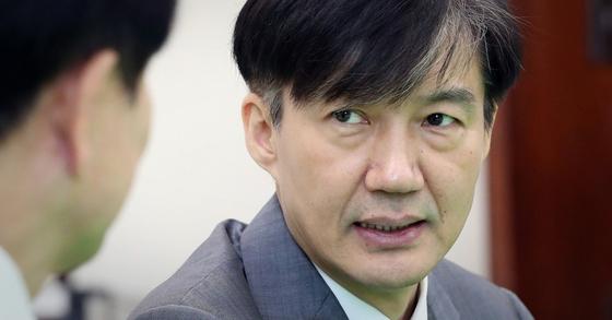 조국 법무부 장관(오른쪽)이 19일 오전 국회에서 정동영 민주평화당 대표를 예방하고 있다. 김경록 기자