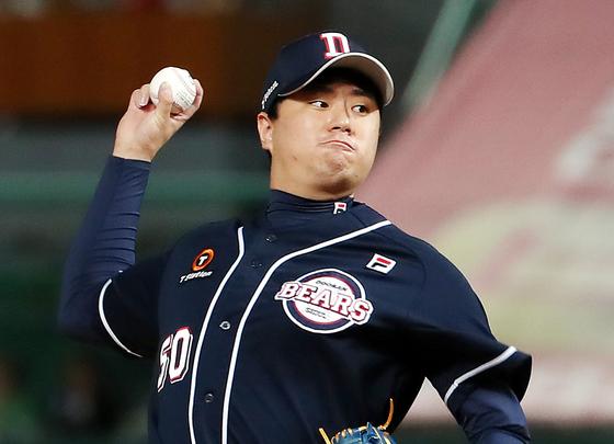 이영하가 19일 인천에서 열린 SK와 더블헤더 2차전에서 데뷔 첫 완투승을 거뒀다. [연합뉴스]