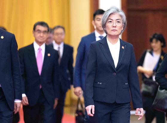 강경화 외교부 장관(오른쪽). 뒤편으로 고노 다로 전 일본 외상이 보인다. [연합=EPA]