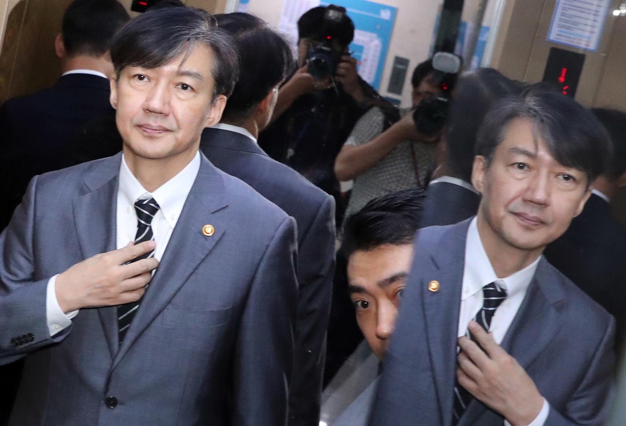 조국 법무부 장관이 19일 오전 국회 의원회관에서 박지원 대한정치연대 의원을 예방을 마친 뒤 엘리베이터에 탑승해 있다. 김경록 기자