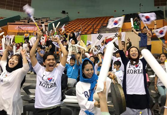 한일전 승리에 기뻐하는 테헤란한국학교 학생과 교민 등 한국 응원단. [사진 아시아배구연맹]
