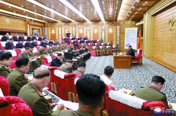 """태풍 '링링'이 북한에 상륙하기 하루 전인 6일 김정은 국무위원장이 비상확대회의 열었다. 김 위원장은 '위험이 닥치는데 안일한 인식에 포로돼 구태의연한 태도를 취하고 있다""""며 참석 간부를 질책했다. [연합뉴스]"""