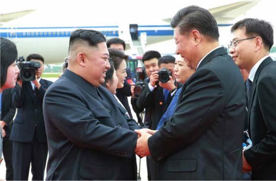 김정은 북한 국무위원장과 부인 이설주 여사가 지난 6월 21일 오후 평양국제비행장에서 국빈방문한 시진핑 중국 국가주석과 부인 펑리위안 여사를 환송했다. [노동신문=뉴시스]