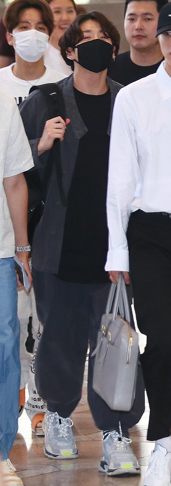 지난 7월 4일 김포 공항에서 생활 한복을 입고 출국하는 방탄소년단의 정국. [사진 중앙포토]