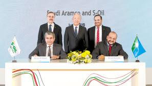 S-OIL은 잔사유 고도화시설과 올레핀 하류시설 프로젝트를 잇는 석유화학 2단계 프로젝트를 위해 지난 6월 사우디아람코와 전략적 업무협약을 체결해 협력을 강화하기로 했다. [사진 S-OIL]