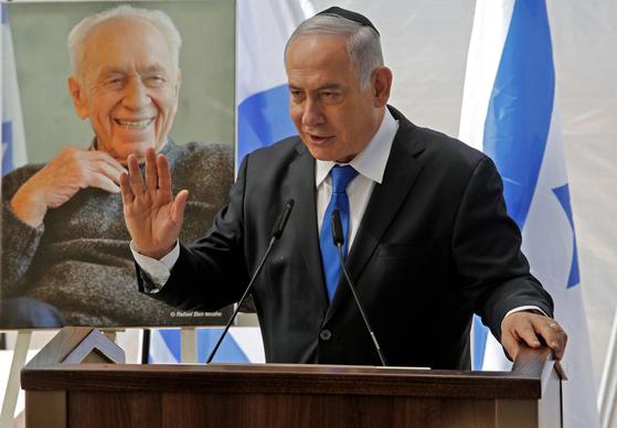 네타냐후 총리가 지난 19일 시몬 페레즈 전 이스라엘 대통령의 추모식에 참석해 연설하고 있다. 이번 총선에서 그의 연임은 좌절될 가능성이 크다. [AFP=연합뉴스]