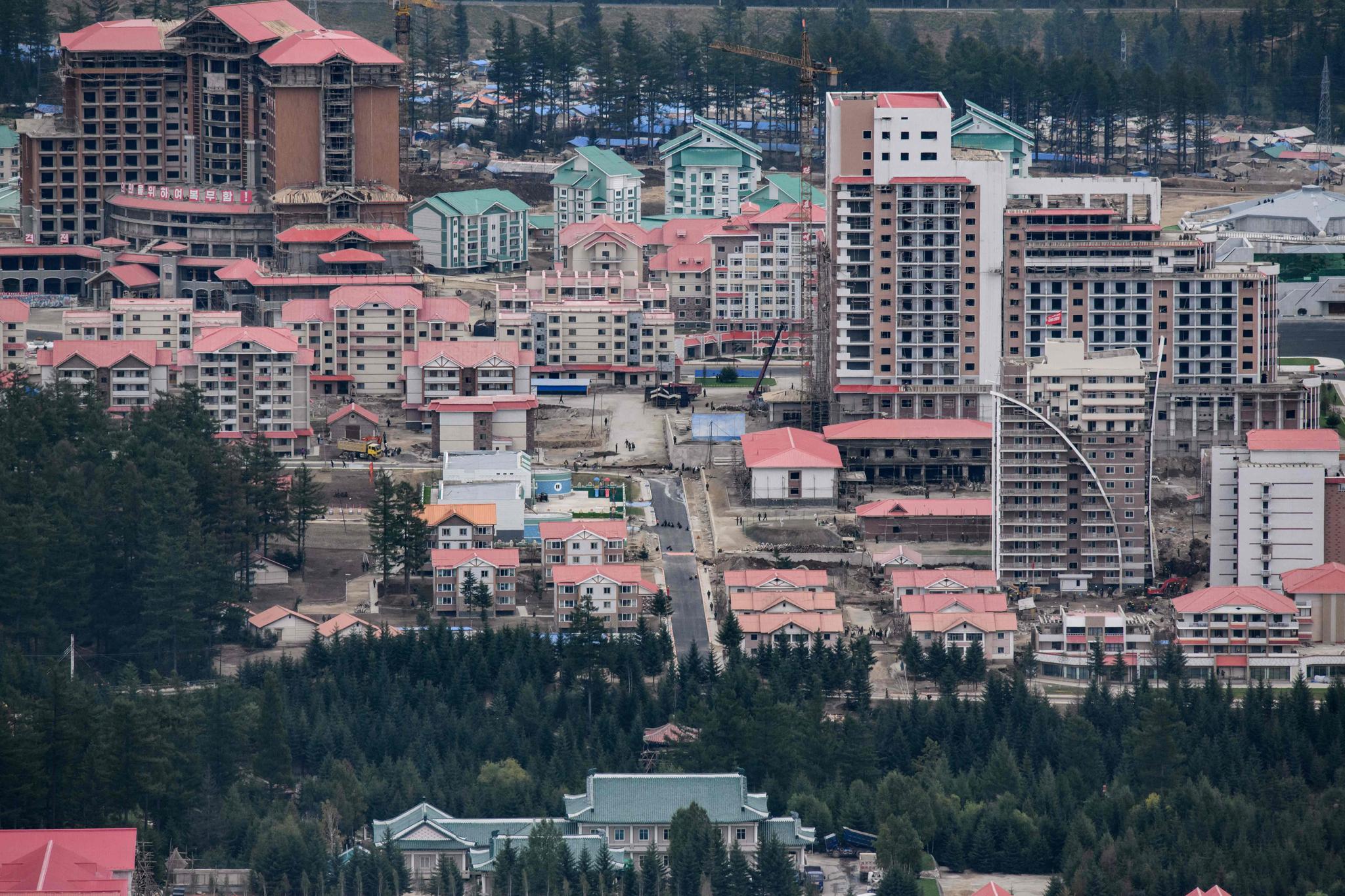 사진작가 에드 존스가 AFP를 통해 20일 전송한 북한 양강도 삼지연군 관광특구 건설현장.[AFP=연합뉴스]