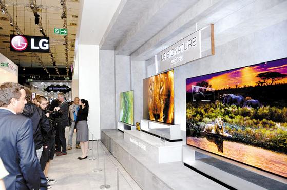 지난 6~11일(현지시각) 독일 베를린에서 열린 유럽 최대 가전·IT 전시회 'IFA 2019'를 찾은 관람객들이 LG전자의 8K OLED TV를 살펴보고 있다. [사진 LG그룹]