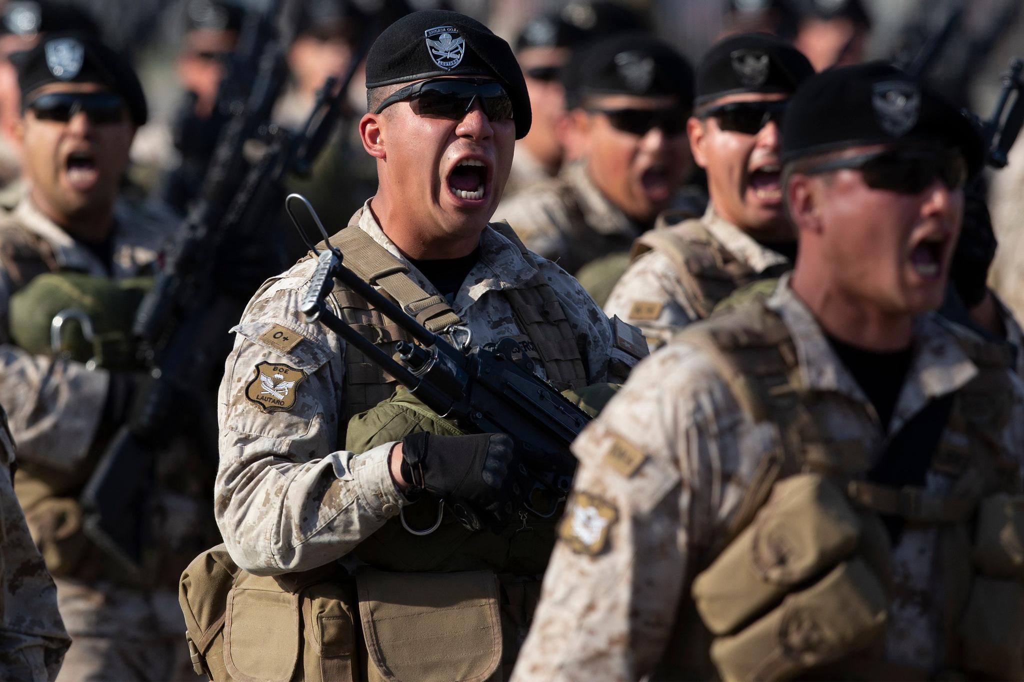 칠레군 특공대가 19일 209주년 독립기념일을 맞아 열린 퍼레이드에서 행진하고 있다. [AFP=연합뉴스]