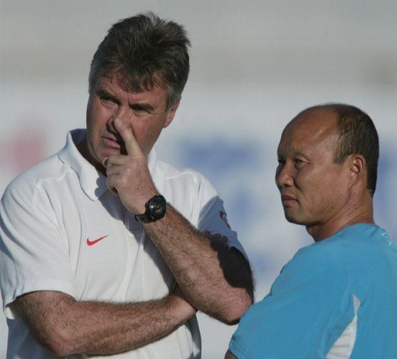 2002년 한일 월드컵 때 호흡을 맞췄던 히딩크 감독과 박항서 코치. [중앙포토]