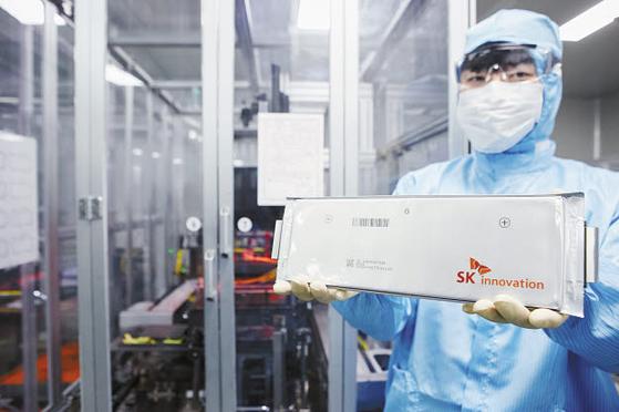 SK그룹은 예측할 수 없는 경제 상황에서 적극적인 R&D 투자를 통해 신성장동력을 발굴하고 있다. 올해 생산된 배터리 셀을 들고 있는 SK이노베이션 서산배터리 공장 연구원. [사진 SK그룹]