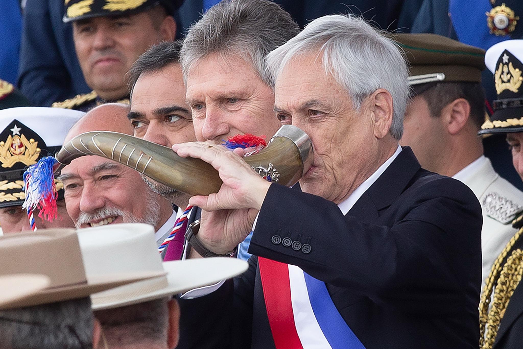 세바스티안 피녜라 칠레 대통령이 '칠레군 퍼레이드 2019'에 참석해 뿔잔으로 건배하고 있다. [AFP=연합뉴스]