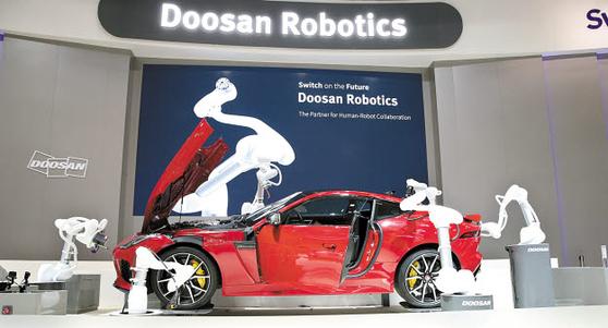 두산로보틱스는 지난해 6월 독일에서 열린 유럽 최대 로봇·자동화 분야 전시회 '오토매티카 2018'에 참가해 여섯 대의 협동로봇을 활용한 스마트 오토모티브 공정을 선보였다. [사진 두산그룹]