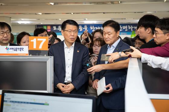 은성수 금융위원장이 20일 서울 중구 중앙서민금융통합지원센터를 방문해 실무자와 간담회를 진행했다. [사진 금융위원회]